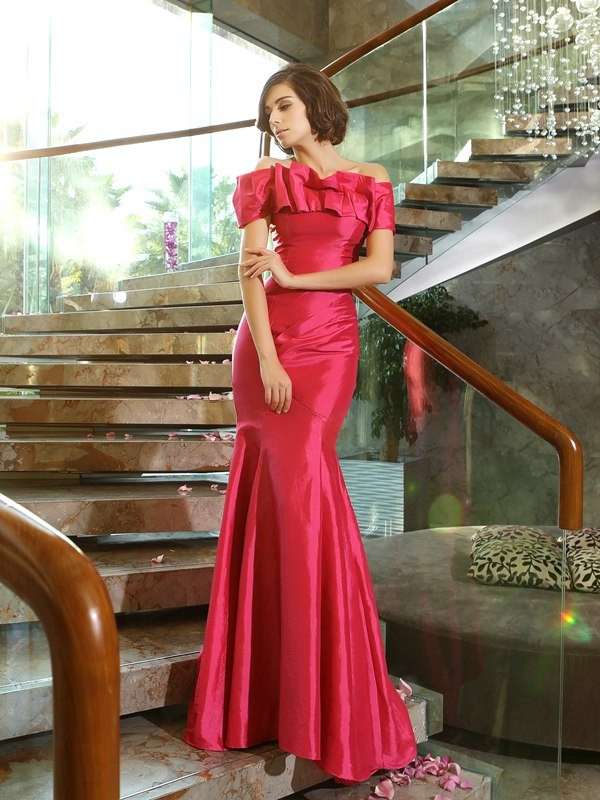 Chicregina Trumpet/Mermaid Strapless Off-the-Shoulder Sweep/Brush Train Taffeta Dress with Applique